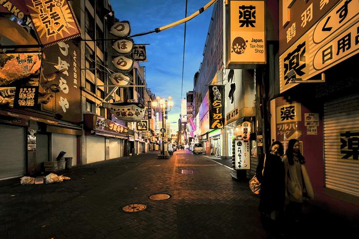 """いかがでしたか? 大阪を象徴する街・難波は、法善寺や道具屋筋など昔からの風情ある通りも、心斎橋やアメリカ村などの若者が集う場所にも、それぞれ異なりますが""""大阪らしさ""""が感じられます。それは、観光地ということだけではなく、大阪がアピール上手の商売人の街だからかもしれません。"""