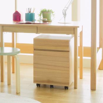 テーブルの下を有効活用するために、小さな収納家具を設置する人も多いのではないでしょうか?キャスター付きの家具なら手前にすっと引き出せるので、簡単に床掃除が出来ますね♪