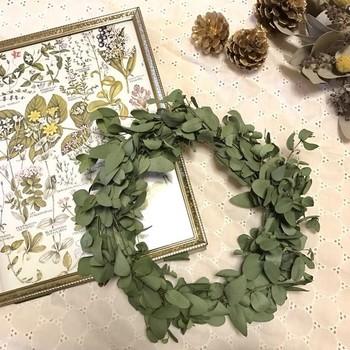 ユーカリの葉っぱを繋げて作ったドライリース。 シンプルなのでどこにでも飾りやすいです。