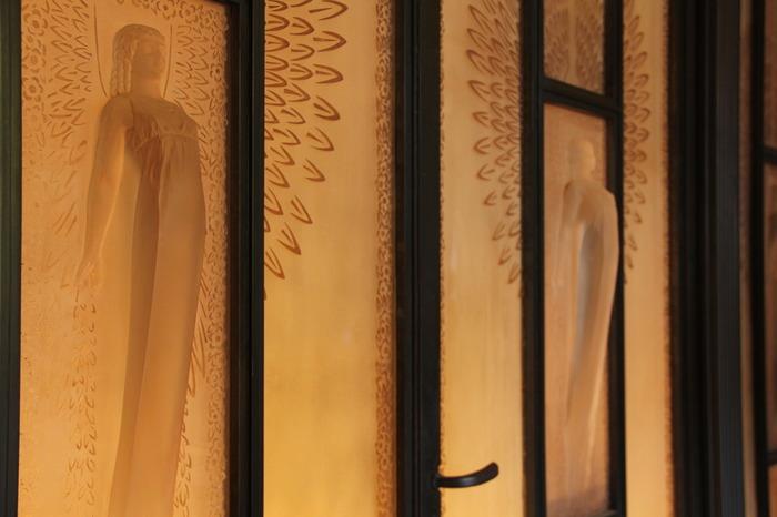 玄関のガラスレリーフ扉は、フランスのガラス工芸家ルネ・ラリックの作品。玄関扉とは思えないほどの贅沢で繊細な作りです。