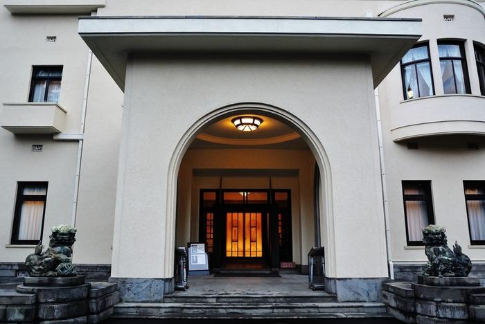 正面玄関から、心を奪われる作り…。細かい天然石で制作された床モザイクのデザインは、宮内省内匠寮技手の大賀隆が手がけた物です。