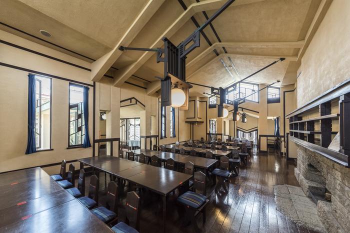 こちらは、自由学園の生徒たちが集った食堂です。自然光を巧みに取り込み、幾何学的な装飾と流れるような空間構成が特徴の様式美が、至る所に見受けられます。