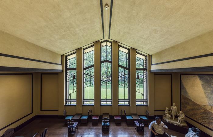 女学校当時は、毎朝の礼拝が行われていたホール。自由学園明日館を象徴する、美しいシンメトリーにデザインされた窓はとてもフォトジェニックです。