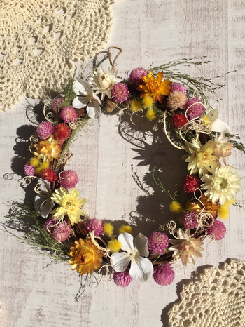 ピンク、イエロー、ホワイトなど、まるで春を思わせるような華やかなお花のドライリースです。