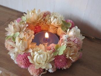 立体的なお花がキュートなリースは、キャンドルホルダーのアレンジとしても楽しめます♪