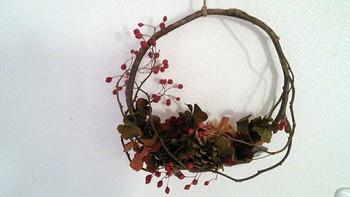 松ぼっくりとバラの実のドライリース。大人っぽいシックな赤が秋らしい雰囲気です。