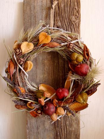 実りの秋を思わせる天然素材で組んだドライリース。これ一つでお部屋が一気に秋仕様に早変わり!