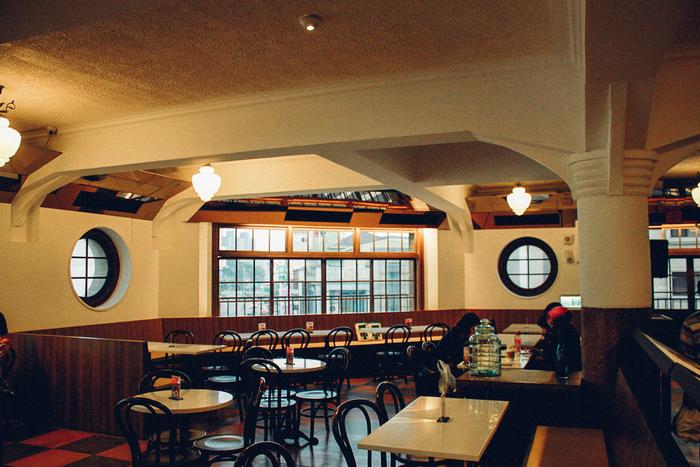 ちょっと一息つきたいときは、4階にあるカフェへ。日本の喫茶店のような落ち着いた空間で、おいしいコーヒーをゆったりと味わうことができますよ。