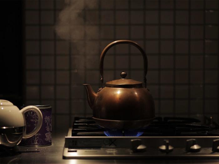 1.湯:約600cc。 沸騰した熱湯は、コーヒーの苦味を強める原因になります。90℃前後のお湯を用いましょう。沸騰後に火を止め、湯の表面が静かになれば、適温です。直接、沸かしたやかんなどから淹れずにポットなどにお湯をうつします。