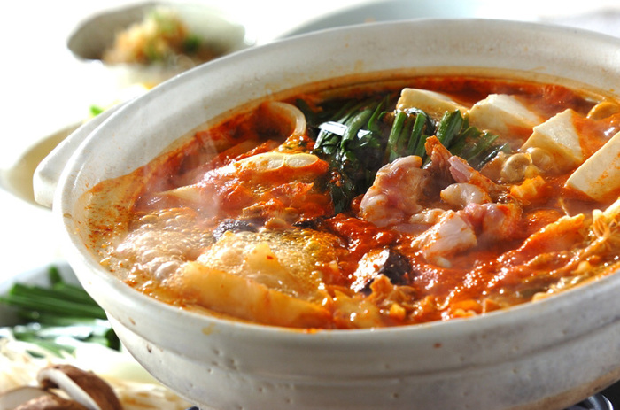 キムチの辛さが体をぽかぽか温めてくれるみそキムチ鍋。 〆は中華面を入れてピリからラーメン風に楽しむのがおすすめです。