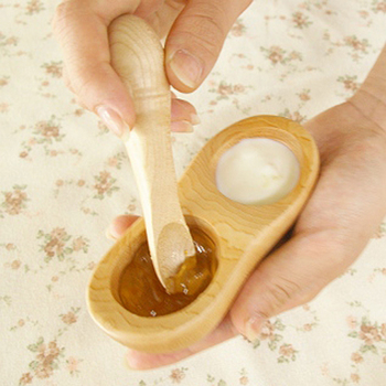 離乳食の時期に活躍する、手のひら皿と食べさせスプーン。滑らかなスプーンは口当たりが優しく、コロンとしたお皿はママの手のひらにしっくり馴染みます。
