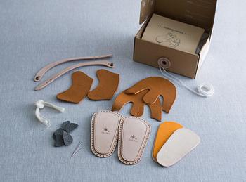 赤ちゃんが初めて履く大切な1足を、ママやパパが手作りできるキットです。普通に靴をプレゼントするより、きっと思い出に残るはず。