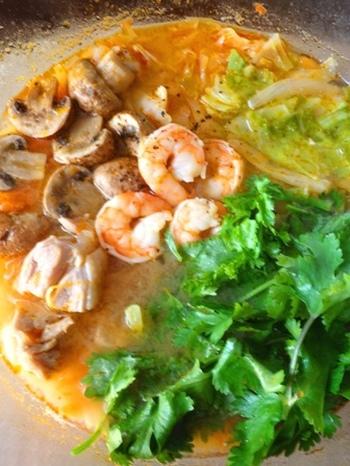 爽やかな塩レモンがきいたトムヤムクン鍋。 パクチーをたっぷりいれてエスニックな味わいを楽しんで♪