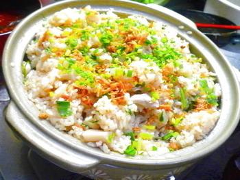 ナンプラーの香りとレンコンの食感が楽しめるエスニック土鍋ごはんのレシピです。