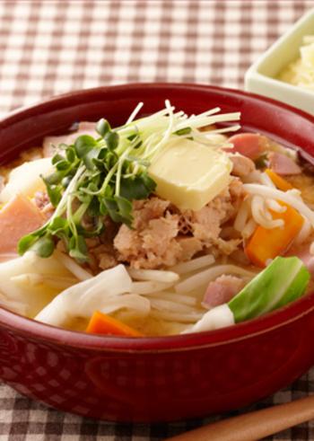 鮭缶を使ったお手軽鍋。 スープにバターのコクが加わったちゃんちゃん焼き風の味わいです。
