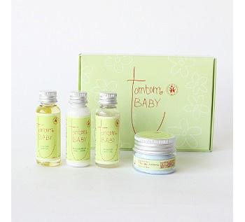 赤ちゃんの肌に優しい自然由来の成分で作られたスキンケアセットです。シャンプー、おしりケアクリーム、フェイス&ボディローション、スキンケアオイルがセットになっています。