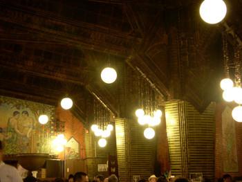 """柱にぶらさがったぶどう電球は""""豊穣""""を意味し、天井にぶら下がった水玉電球の模様は""""ビールの泡""""をイメージしているのだとか。そんな豆知識を知っておくと、訪れたときにも面白そうです。"""