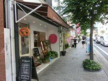 三宮駅より徒歩10分程度の場所にあるトアロード店は1Fがベーカリー、2Fと3Fがカフェスペースとなっています。10時より利用できます。