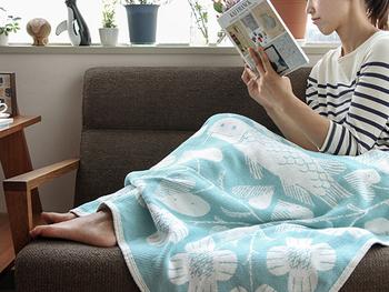 フィンランドから質の高いテキスタイルを生み出すLAPUAN KANKURIT。そのコットンブランケットはシーズンレスで活躍し、ママにも赤ちゃんにも優しい肌触りが自慢です。