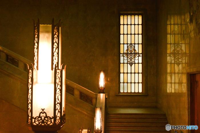 重厚な作りの階段を登り始めると、シンメトリーにガラス窓とライトが現れます。