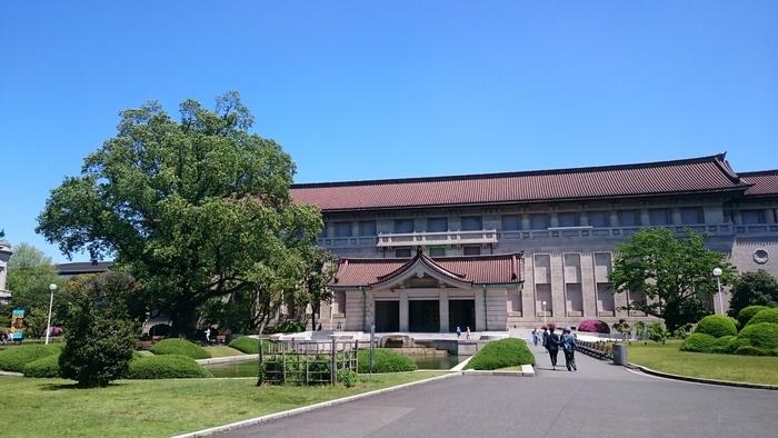 JR上野駅公園口、または鶯谷駅南口から徒歩10分。 昭和13年(1938)、東京国立博物館本館は、昭和天皇の即位を記念して開館。コンクリート建築に瓦屋根をのせ、東洋風を強く打ち出し「帝冠様式」の代表的建築とされ、平成13年(2001)に重要文化財に指定されました。本館では、日本の美術、工芸、歴史資料などが展示されています。