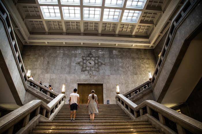 本館の1階から2階へ上がる大階段。入ってすぐ、エントランスホールから目前に広がる豪華な大理石貼りの階段は、存在感たっぷりです。