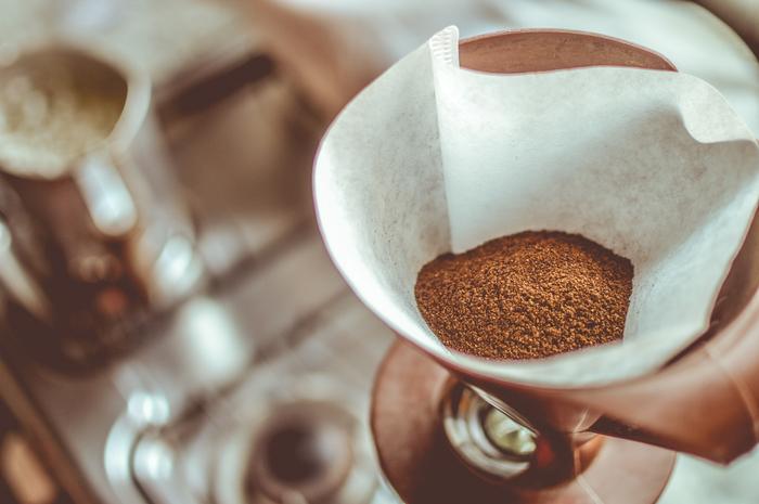2.コーヒー豆:挽いた豆の分量は、《一回分=人数+1杯》が基本的な分量。一杯とは、コーヒー専用の計量スプーンを用いた場合の量です。通常のコーヒー用の計量スプーンでは一杯は大体10g~12gです。 ※コーヒーカップ4杯分淹れる場合には、4杯+1杯で、計量スプーンで5杯のコーヒー豆が必要です。(総量約50g~60g)  3.食器と道具を全て温めておく。 サーバー・ドリッパー・コーヒーカップを熱湯で予め温めておきます。