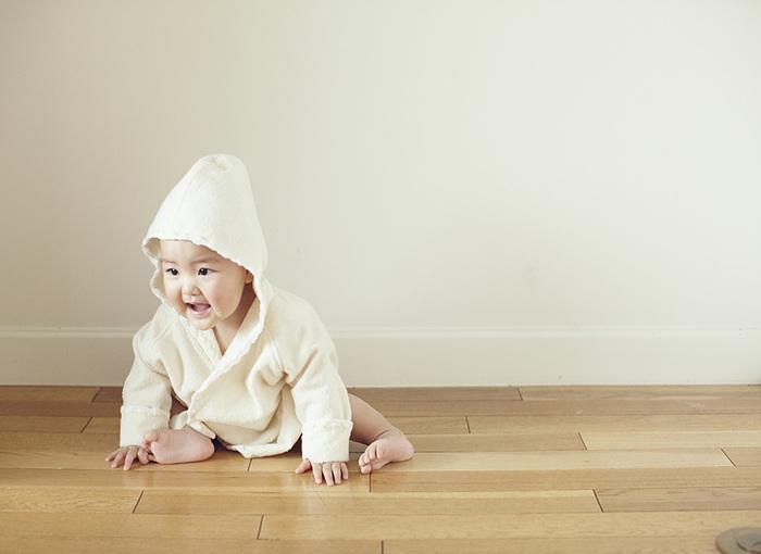 オーガニックコットン100%のパイル地バスローブです。お風呂上がりの赤ちゃんをふんわり優しく包み込みます。