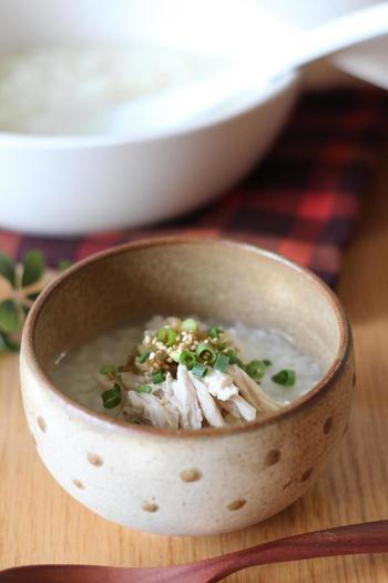 鶏や魚介からでた出汁で米を炊き、ザーサイや鶏肉といった具をのせごま油で風味をつけたもの。中国ではポピュラーなしっかり食べられる主食粥です。