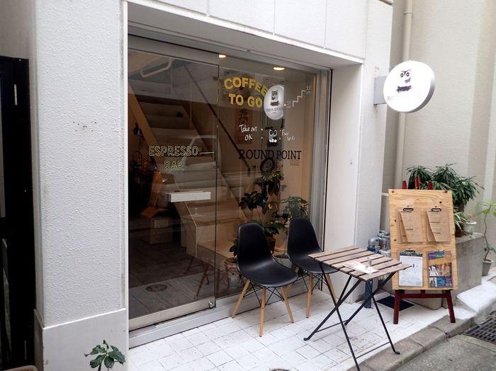 神戸市営地下鉄みなと元町駅から歩いてすぐの「ラウンドポイントカフェ」。自家焙煎コーヒーが美味しいと評判です。早朝7時から入店できるのも嬉しいですね。