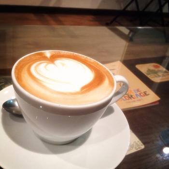 美しいラテアート。店内壁面はギャラリーとなっており、美味しい朝食やコーヒーを味わいながら写真やアートも楽しめます。