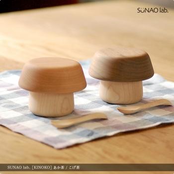 きのこのカサ部分がお皿、軸がコップとして使えるベビー食器です。遊び心を感じさせる素敵なギフトですね。