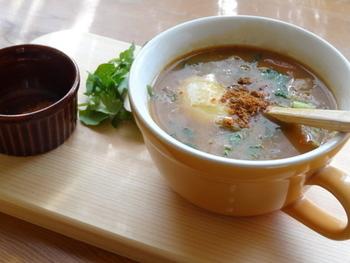 白米や黒米で作るマレーシアとインドネシアのお粥です。 米の他に、豆で作るものやココナッツミルクで作る甘いもの(ブブル・カチャウ)もあります。
