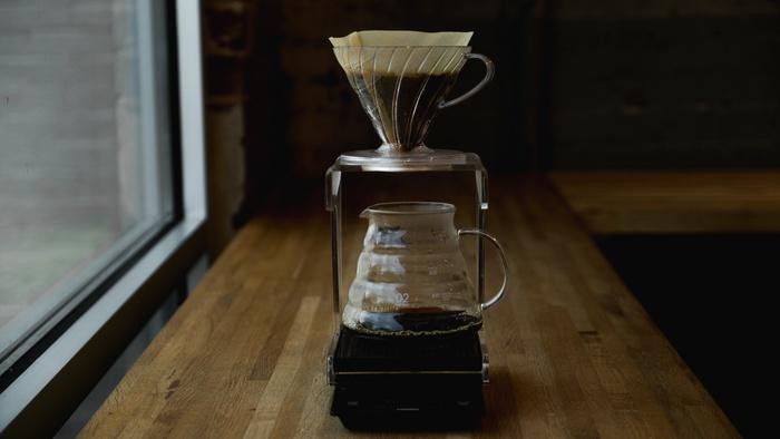 起き抜けの身体は、どこか頼りないもの。 ゆっくりとコーヒーを淹れる準備を整えて、ゆっくりと丁寧に淹れている間に身も心も目覚めていきます。 丁寧に淹れたコーヒーは、やはり美味しく、充実した気持ちになるものです。