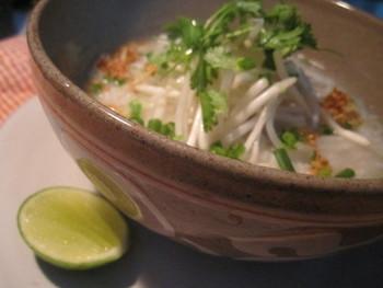 カンボジアでは大事な時に、大きなお鍋で作られるお粥(鶏肉粥)です。 にんにくのカリカリ揚げ、コリアンダー、そして、ライムを絞って酸味をつけていただくのがカンボジア風です。