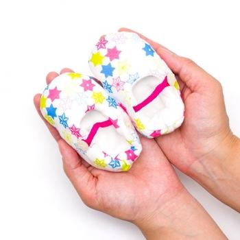 赤ちゃんの成長を願う意味を持つ「麻」をモチーフにしたモダンなブーティ。ブーティーを玄関に飾ると、幸せが訪れるといういわれもあるんですよ。
