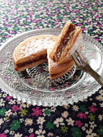 りんごのコンポートとチョコレートを合わせたものを挟んだ、上品なビスケットケーキです。香り付けのバニラエッセンスを洋酒に代えると、大人味の素敵なデザートに♡