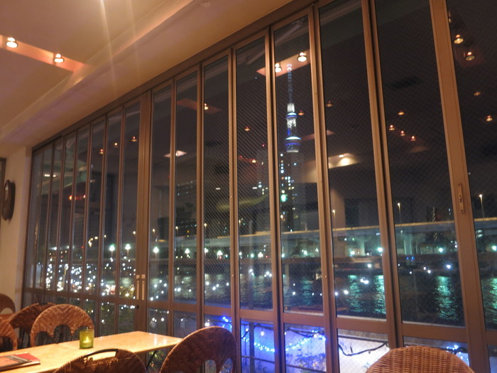 隅田川沿いにあるカフェからは、浅草名物・金のオブジェや吾妻橋さらにはスカイツリーまで眺める事が出来ます。