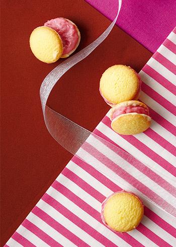 市販の「小さなムーンライトホワイトチョコクッキー」に混ぜるだけのラズベリークリームをサンド。 コロンとした見た目もかわいい、 春色のおやつです。