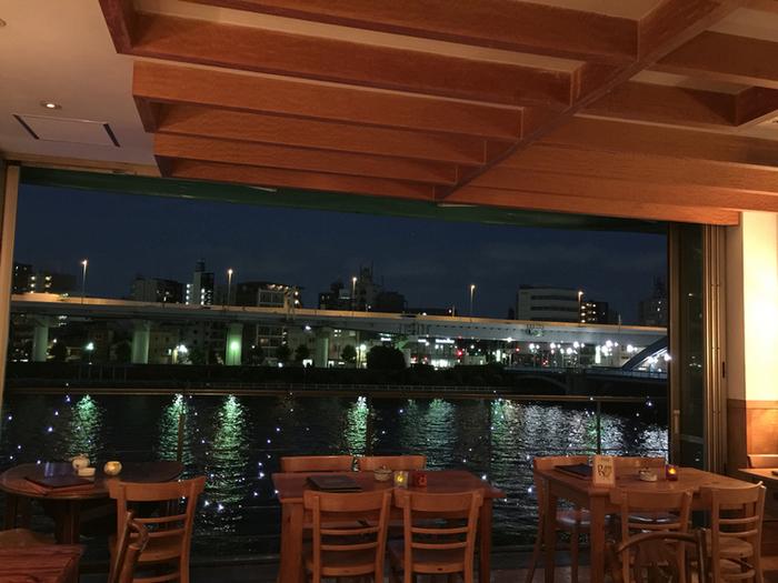 カフェからは、隅田川を渡る水上バスも楽しめます。美しくライトアップされた金のオブジェとスカイツリーを眺めながら…リラックスした一夜をお過ごし下さい。