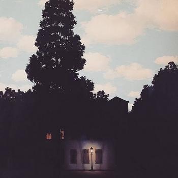 マグリットが1953~1954年に制作した「光の帝国」。空は青いのに、家の周辺だけが暗く街灯の明かりがともっています。昼と夜が共存している、マグリットらしい不思議な世界です。