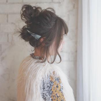 お団子を上下に分けたアレンジです。髪が短いからアップヘアにしたいけれどできない‥という方におススメですよ。バレッタが可愛いらしいアクセント!