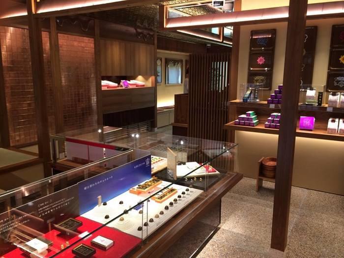 京モダンな店内には、まるでデパートのように美しくディスプレイされたスイーツ達が凛々しく並びます。壁から天井まで、京モダンの世界を楽しめます♪