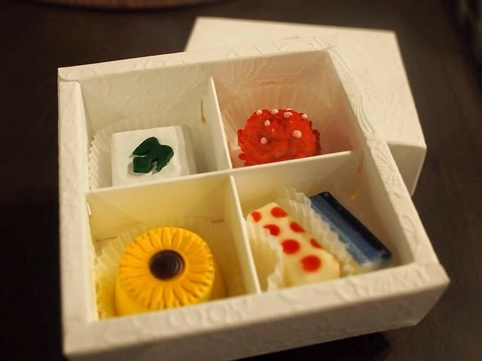 京都のお干菓子をイメージした「お干菓子佇古礼糖(おひがしチョコレート)」は繊細で華やかなデザインが目にも楽しい一品。春夏秋冬でデザインが変わるため、どんなお干菓子に出会えるのかも楽しみです♪お土産にもとても喜ばれそう。