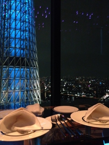 地上150mに位置するラウンジでは、全ての席からスカイツリーを観賞できます♡