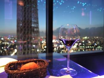 間近で見るスカイツリーは…迫力満点♡東京の夜景とともに、上空からのスカイツリーをお楽しみ下さい☆