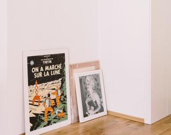 絵画は高い場所に飾るだけでなく、床に置くのもおすすめ。壁に掛けるのが難しい大きくて重さのある絵画や、フックを取り付けられない住宅などで活用できるアイデアです。