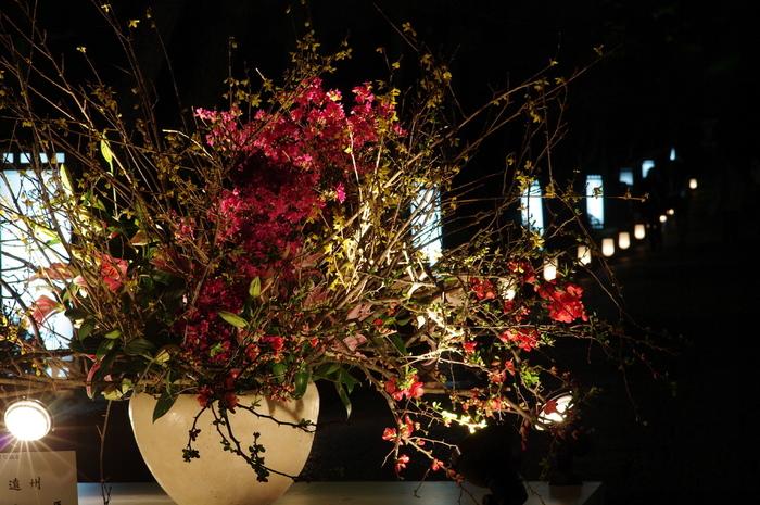 東山花灯路では、京都いけばな協会が提供する壮大な生け花が随所に並びます。日本が誇る伝統文化、生け花の美しさに魅了されてみませんか。