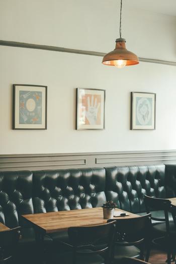 部屋に絵画をひとつ加えるだけでも十分華やかになりますが、壁が広い場合は、こちらの写真のようにいくつか並べて飾るのもおすすめ。色やデザインの組み合わせを楽しんでみましょう。