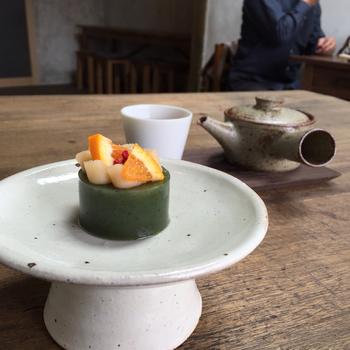 フレッシュフルーツと日本茶を合わせた季節の和紅茶などもあり、かざり羹と共に楽しめます。写真は「よもぎ」のかざり羹。和菓子とは思えないプチガトーのような羊羹は、とてもフォトジェニックです♪
